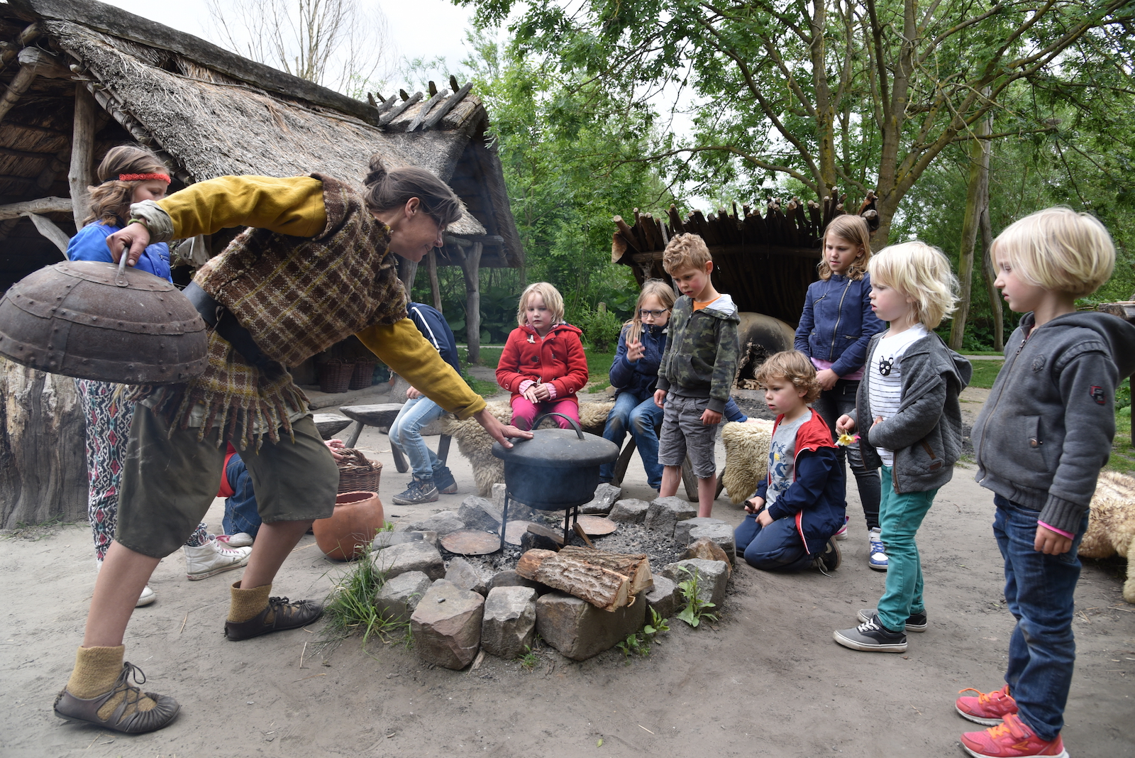 Prehistorisch dorp, kleuters